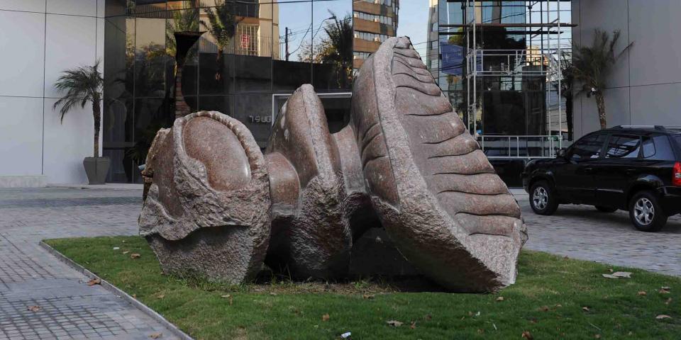 """Imagem mostra a obra """"Eta Carinae"""", em Granito Rosa, do escultor Paulo Aguinsky."""