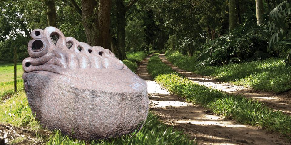 """Imagem mostra a obra """"Geração"""", em Granito Rosa, de Paulo Aguinsky"""